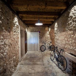 Ispirazione per un grande ingresso con vestibolo country con pavimento in pietra calcarea, pavimento grigio e pareti beige