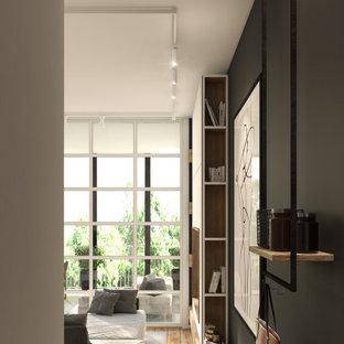 トゥーリンの小さい片開きドアコンテンポラリースタイルのおしゃれな玄関ロビー (黒い壁、磁器タイルの床、黒いドア、グレーの床、折り上げ天井) の写真