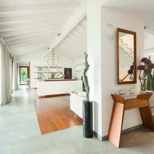 Idee per un grande ingresso o corridoio design con pareti bianche e pavimento in legno massello medio