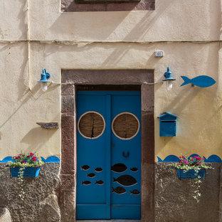 Idee per una piccola porta d'ingresso stile marinaro con una porta a due ante e una porta blu