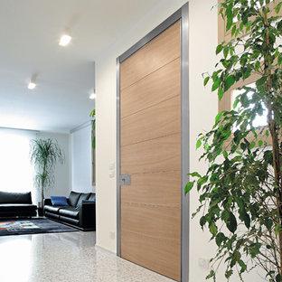 Idee per un ingresso contemporaneo di medie dimensioni con pareti bianche, una porta singola e una porta in legno chiaro