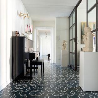 Esempio di un grande ingresso o corridoio tradizionale con pavimento con piastrelle in ceramica, pavimento multicolore e pareti bianche