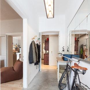 Стильный дизайн: коридор среднего размера в стиле лофт с белыми стенами, бетонным полом и серым полом - последний тренд