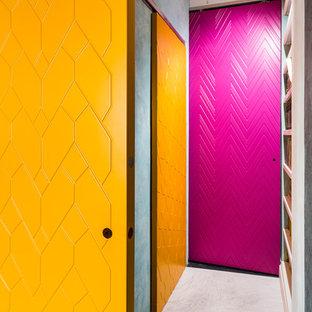 他の地域の中くらいのエクレクティックスタイルのおしゃれな廊下 (緑の壁、コンクリートの床、マルチカラーの床) の写真