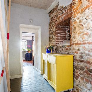 Inredning av en eklektisk mellanstor hall, med flerfärgade väggar, målat trägolv och grått golv