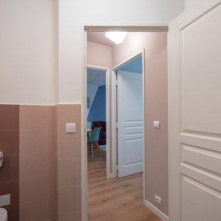 ミラノの小さいコンテンポラリースタイルのおしゃれな廊下 (ピンクの壁、リノリウムの床) の写真