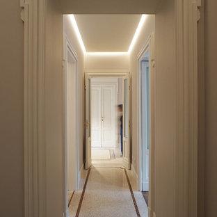 ミラノの巨大なトラディショナルスタイルのおしゃれな廊下 (グレーの壁、テラゾの床、ベージュの床) の写真