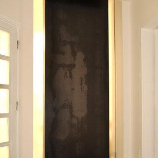 Ejemplo de entrada contemporánea con paredes blancas y suelo gris