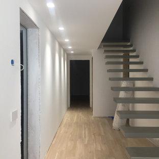Idéer för mellanstora funkis hallar, med vita väggar och klinkergolv i porslin