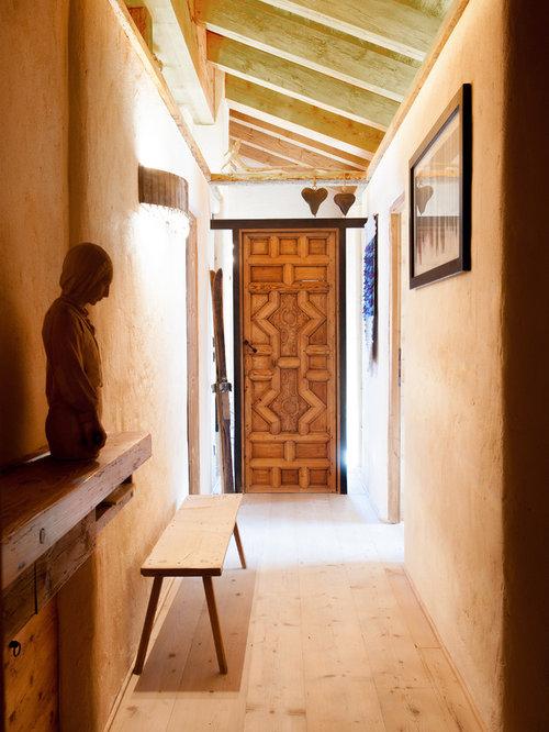 Foto e idee per ingressi e corridoi ingresso o corridoio - Porta tocca pavimento ...