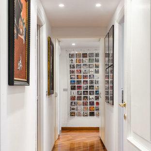 Foto di un ingresso o corridoio bohémian con pareti bianche, pavimento in legno massello medio e pavimento marrone