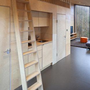 На фото: маленький коридор в современном стиле с бежевыми стенами, полом из линолеума и серым полом с