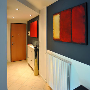 Foto de distribuidor contemporáneo, pequeño, con paredes grises, suelo de baldosas de cerámica, puerta simple, puerta de madera clara y suelo rosa