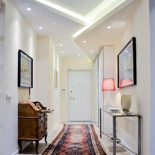 Foto di un ingresso o corridoio classico di medie dimensioni con pareti beige e parquet chiaro