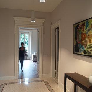 Idee per un ampio ingresso classico con pavimento alla veneziana, una porta bianca, pavimento beige e pareti grigie