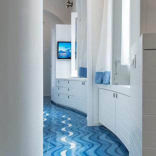 Immagine di un ingresso o corridoio costiero di medie dimensioni con pareti bianche e pavimento con piastrelle in ceramica