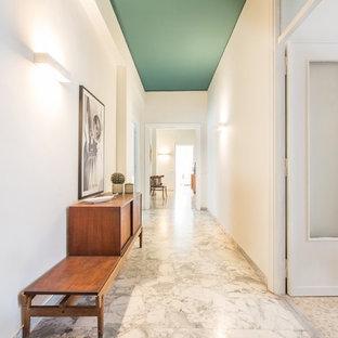 ローマの北欧スタイルのおしゃれな廊下 (白い壁、大理石の床、マルチカラーの床) の写真