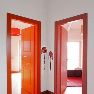 Eklektischer Flur mit weißer Wandfarbe und hellem Holzboden in Turin