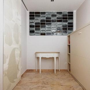 Imagen de distribuidor costero, grande, con paredes beige, suelo de mármol y suelo rosa