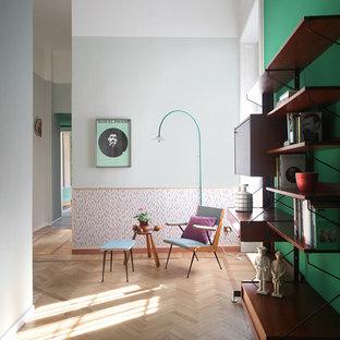 Immagine di un corridoio boho chic di medie dimensioni con pareti grigie, parquet chiaro e pavimento beige