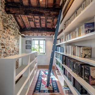 Idées déco pour un couloir méditerranéen avec un mur blanc, un sol en carreau de terre cuite, un sol orange et un plafond en poutres apparentes.