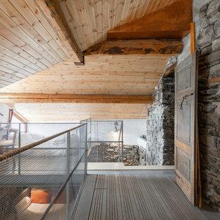 Ispirazione per un ingresso o corridoio mediterraneo con pareti grigie e pavimento grigio