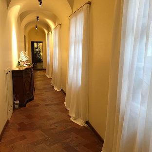 ローマの大きいトラディショナルスタイルのおしゃれな廊下 (白い壁、テラコッタタイルの床) の写真