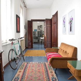Eklektisk inredning av en stor hall, med vita väggar, klinkergolv i keramik och blått golv
