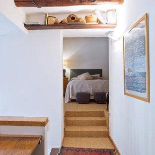 Foto di un piccolo ingresso o corridoio eclettico con pareti bianche, moquette e pavimento beige