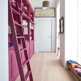 Idee per un corridoio bohémian con pareti bianche, parquet chiaro, una porta singola, una porta bianca e pavimento beige
