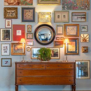 Пример оригинального дизайна: большой коридор в стиле фьюжн с серыми стенами, коричневым полом и паркетным полом среднего тона