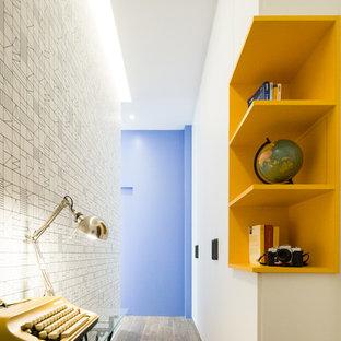 Esempio di un piccolo ingresso o corridoio contemporaneo con pavimento marrone e pareti bianche