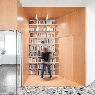 parete-libreria e porta in vetro di ingresso alla cucina