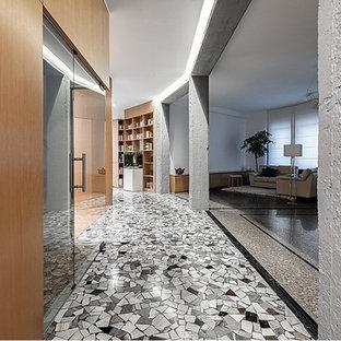 Exemple d'un couloir rétro de taille moyenne avec un mur blanc, un sol en terrazzo et un sol beige.