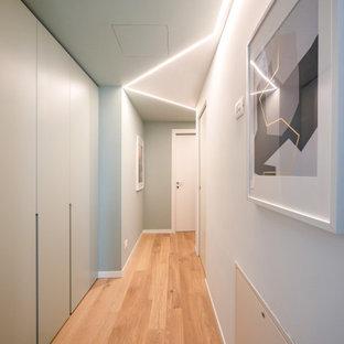 Пример оригинального дизайна: маленький коридор в современном стиле с зелеными стенами, светлым паркетным полом и многоуровневым потолком