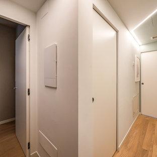 Bild på en liten funkis hall, med gröna väggar och ljust trägolv