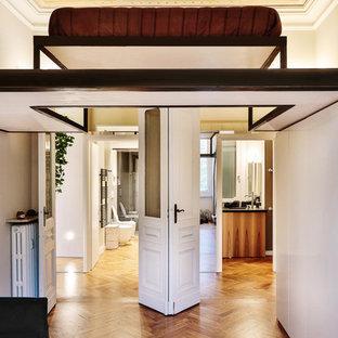 Idee per un ingresso o corridoio chic di medie dimensioni con pareti bianche e pavimento in legno massello medio