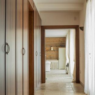 Idee per un ingresso o corridoio in campagna di medie dimensioni con pareti bianche e pavimento beige