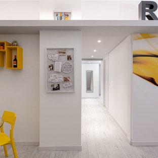 Удачное сочетание для дизайна помещения: маленькое фойе в современном стиле с белыми стенами, полом из ламината, одностворчатой входной дверью, белой входной дверью и серым полом - самое интересное для вас
