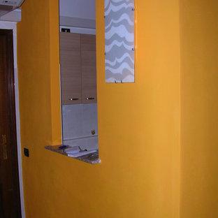Новые идеи обустройства дома: прихожая в классическом стиле с оранжевыми стенами, полом из керамогранита и розовым полом