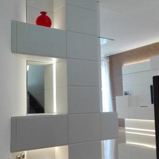Inspiration för små moderna foajéer, med vita väggar, marmorgolv och gult golv
