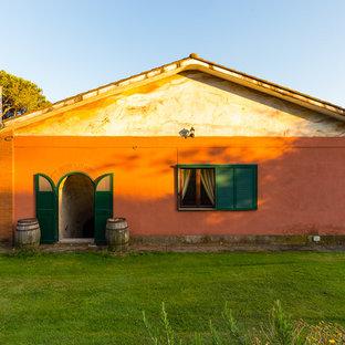Foto di una porta d'ingresso country con pareti rosse, una porta a due ante e una porta verde