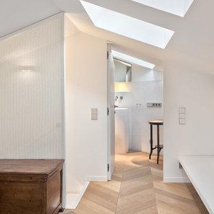 Idee per un grande ingresso o corridoio design con pareti bianche e parquet chiaro