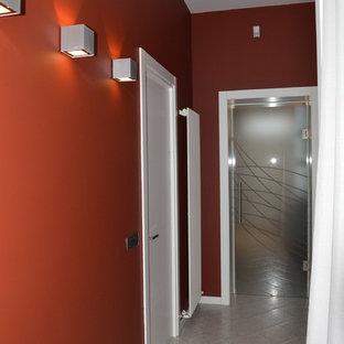 Inspiration för en liten funkis hall, med röda väggar, klinkergolv i porslin och grått golv
