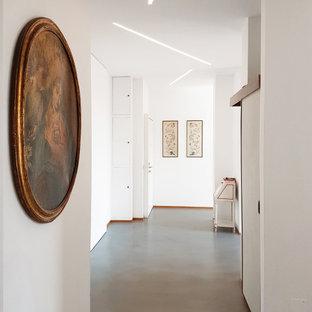 Modelo de entrada minimalista con paredes blancas y suelo turquesa