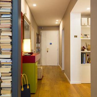 Ispirazione per un corridoio design di medie dimensioni con pareti bianche, pavimento in legno massello medio, una porta singola e una porta bianca