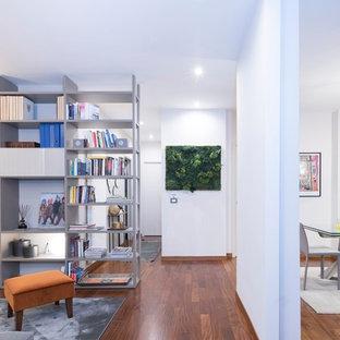 Idee per un ingresso o corridoio contemporaneo di medie dimensioni con pareti bianche, pavimento in legno massello medio e pavimento marrone