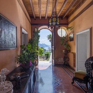 Ispirazione per un corridoio mediterraneo con pareti marroni, una porta a due ante, una porta marrone e pavimento multicolore