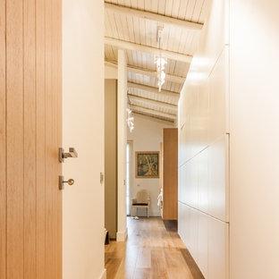 Свежая идея для дизайна: большой коридор в стиле кантри с бежевыми стенами, паркетным полом среднего тона и коричневым полом - отличное фото интерьера