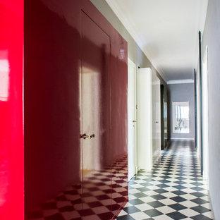 Idee per un ingresso o corridoio boho chic con pareti rosse e pavimento in gres porcellanato